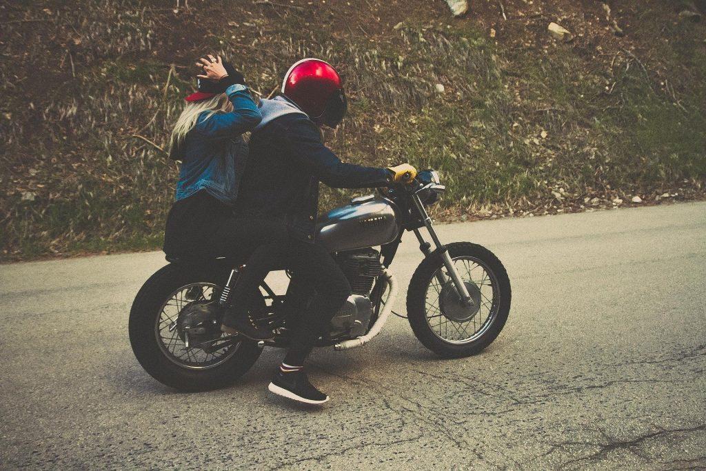 Motorradsozia ohne Helm